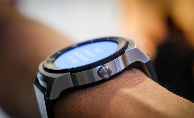 Кнопка на часах LG G Watch R