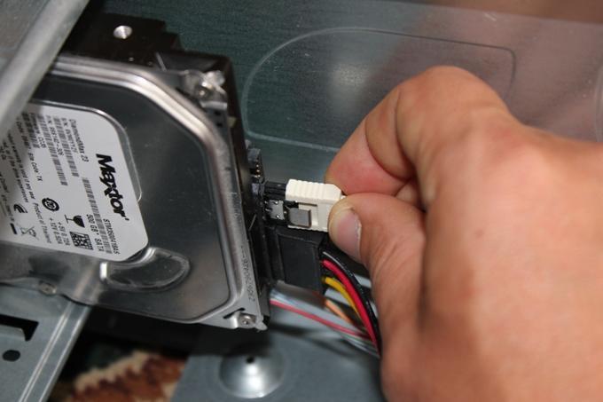 Подключение кабеля передачи данных к жесткому диску