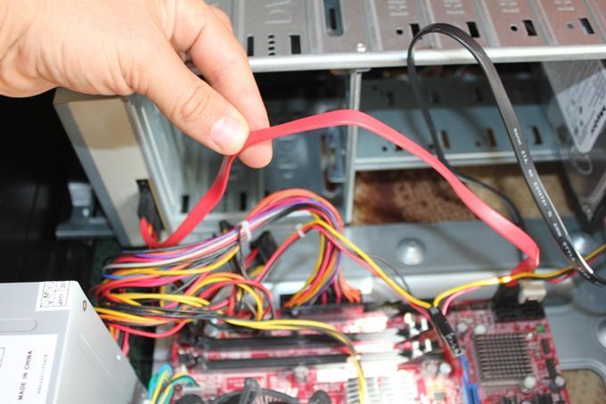 Подключение кабеля передачи данных оптического дисковода